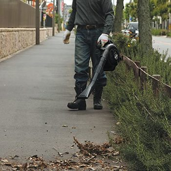Hombre usando uno de los más ligeros sopladores de hojas