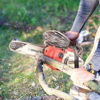 Hombre cortando una rama, demostrando la eficacia de las Motosierras